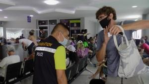 นักท่องเที่ยวต่างชาติแห่ไปต่อวีซ่า ขยายเวลาอยู่ต่อบนเกาะสมุยเพียบ