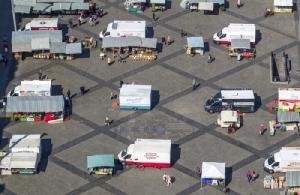 <i>ตลาดนัดสัปดาห์ละครั้งในเมืองไลป์ซิก ประเทศเยอรมนี เมื่อวันอังคาร (7 เม.ย.) จัดแบบคำนึงถึงการเว้นระยะห่างทางสังคมสำหรับแผงขายแต่ละแผง เพื่อป้องกันการระบาดของไวรัสโคโรนาสายพันธุ์ใหม่ </i>