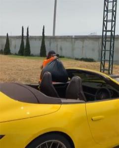 """ลั้นลาสุดขีด """"พลอย ชิดจันทร์"""" ดีใจได้ขับรถหรูป้ายแดงออกมาทิ้งขยะนอกบ้าน(ชมคลิป)"""