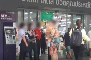 สาวใหญ่ด่ากราด! หลัง รปภ.ห้ามนำสุนัขเข้าห้างดังย่านวัชรพล (ชมคลิป)
