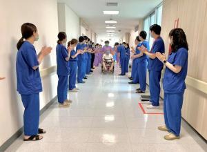 ชื่นชม! ทีมแพทย์ รพ.รามาฯ ส่งผู้ป่วยติดเชื้อโควิด-19 รายแรกที่วิกฤตกลับบ้านแล้ว