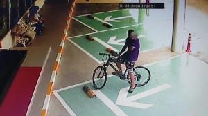 แบบนี้ก็ได้หรือ!? โจรปั่นรถจักรยานไปเปลี่ยนเป็นมอเตอร์ไซค์ แล้วขี่ออกมาเฉยเลย
