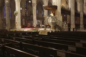 อาร์ชบิชอป ทิโมธี โดลัน เทศนาหน้าแถวเก้าอี้ที่ว่างเปล่า ขณะประกอบพิธีมิสซาวันอีสเตอร์ ณ มหาวิหารเซนต์แพทริก ในนครนิวยอร์ก เมื่อวันอาทิตย์ (12 เม.ย.) สืบเนื่องจากการระบาดของไวรัสโควิด-19  จึงไม่อนุญาตให้สัตบุรุษเข้าร่วมมิสซา แต่ใช้วิธีถ่ายทอดสดทางสถานีทีวีท้องถิ่น