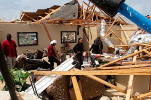 ทอร์นาโดถล่มพื้นที่ทางใต้ของสหรัฐฯ บ้านเรือนพังยับ-เสียชีวิต 26 ราย