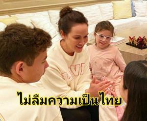 """ไม่ลืมความเป็นไทย """"ปุ๋ย ภรณ์ทิพย์"""" ภูมิใจ ลูกๆ ก้มกราบขอพรในวันสงกรานต์"""