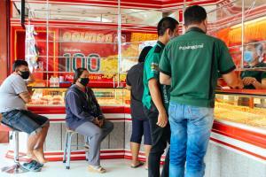 คนแห่ขายทองหาเงินสดใช้จ่ายสู้วิกฤตโควิดระบาด จนห้างทองบางแห่งขาดสภาพคล่อง