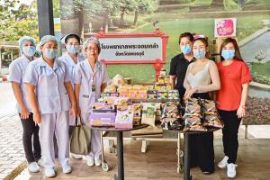 """""""แม่กิมลั้ง"""" ส่งอาหาร-ขนม ให้โรงพยาบาลในจังหวัดเพชรบุรี สู้ภัยโควิด"""