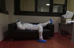 นพ.จีโอวานนี ปาสเซรี ชาวอิตาลี พักผ่อนอยู่ในห้องพักแพทย์  ภายหลังเสร็จสิ้นการออกรอบตรวจคนไข้ช่วงผลัดกลางคืน ในหอผู้ป่วยที่เขารับผิดชอบ ซึ่งเป็นส่วนที่รับผู้ป่วยโรคระบาดไวรัสโควิด-19 ของโรงพยาบาลมักจิโอเร ในเมืองปาร์มา ทางภาคเหนือของอิตาลี (ภาพนี้ถ่ายไว้เมื่อวันที่ 8 เม.ย.)