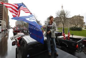 พวกผู้ประท้วงคัดค้านมาตรการชัตดาวน์ที่เมืองแลนซิ่ง รัฐมิชิแกน เมื่อวันพุธ (15 เม.ย.) ซึ่งมีทั้งคนที่ออกมาชุมนุมหน้าอาคารสภานิติบัญญัติ  ผู้ที่โบกธงชาติอเมริกัน และผู้ขับขี่ยวดยานที่พากันบีบแตรดังสนั่นขณะผ่านอาคารแห่งนี้  รวมทั้งมีการปิดกั้นถนนทำให้รถราติดยาวเหยียด
