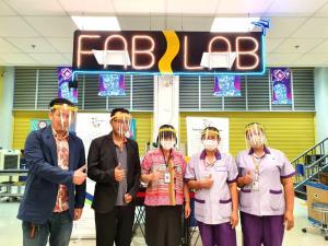 กลุ่มนวัตกร FabLab พัฒนาโล่หน้ากาก และกล่องป้องกันเชื้อกระจายมอบบุคลากรการแพทย์