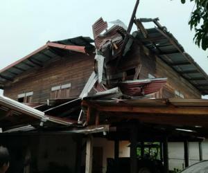 พายุร้อนซัดเมืองน้ำดำทำบ้านเรือนเสียหาย 3 อำเภอ ปภ.เร่งช่วยเหลือ