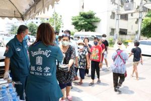 """มูลนิธิป่อเต็กตึ๊ง ชวนร่วมฝ่าวิกฤตโควิด ผ่านกองทุน """"ธารน้ำใจสู้ภัยโควิด-19"""" ส่งมอบชุด PPE แก่โรงพยาบาลที่ขาดแคลนแล้ว 27 แห่ง พร้อมแจกอาหารแก่ชุมชนใน กทม."""