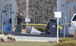 เจ้าหน้าที่จากหน่วยตำรวจม้าแคนาดา (RCMP) เข้าตรวจสอบและถ่ายภาพร่างผู้เสียชีวิตจากเหตุกราดยิงที่รัฐโนวาสโกเชีย เมื่อวันที่ 19 เม.ย.