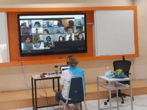 ห้องเรียนออนไลน์-คุณครูชาวต่างชาตินั่งสอนอยู่ที่โรงเรียน นักเรียนนั่งเรียนอยู่ที่บ้าน