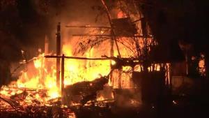 เกิดเหตุเพลิงไหม้กลางดึกบ้านไม้สักทรงเสปน ปลูกอยู่กลางทุ่งเสียหายทั้งหลัง