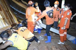 สลด! พายุร้อนซัดบ้านทรงไทยกำลังสร้างพังทรุดทับเด็กชายวัย 15 ดับคาซาก