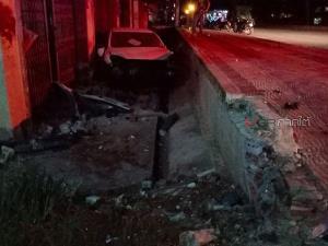 สาวทอมซิ่งเก๋งกลับบ้านก่อนเคอร์ฟิว สลดชนรถ จยย.คนขี่กระเด็นตกรถตายคาที่