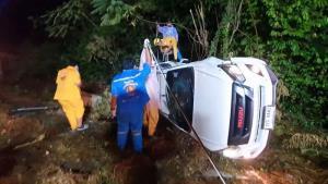 พายุถล่มอุบลฯ! กระบะเสียหลักแหกโค้ง 3 พ่อแม่ลูกติดในรถ อีกรายรถเสียหลักพุ่งชนคอสะพานดับ