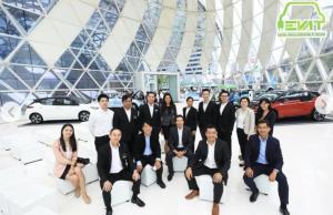 ภาพคณะกรรมการและสมาชิกสมาคมยานยนต์ไฟฟ้า คุณกฤษฎา อุตตโมทย์อุปนายกสมาคมยานยนต์ไฟฟ้าไทย ฝ่ายส่งเสริมการใช้(คนขวาสุด)