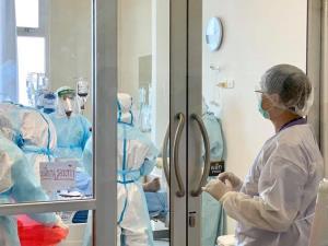 แพทย์รามาฯ เผยวิธีถอด-ใส่ชุดป้องกัน ย้ำ เป็นช่วงอันตรายที่สุด หากทำผิดวิธีเสี่ยงติดเชื้อโควิด-19