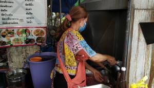 คนจันท์ไม่ทิ้งกัน แม่ค้าขายอาหารตามสั่งทำข้าว 700 กล่อง แจกคนตกงาน-ผู้ยากไร้