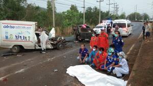 ฝนตกถนนลื่นทำกระบะเสียหลักข้ามเกาะกลางชนรถขนส่งยาเวชภัณท์ ดับคาที่ 1 เจ็บ 6 ราย