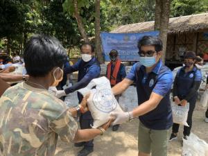 รมว.ทส.ทุ่มช่วยชาวนา เยียวยาชาวประมง นำข้าวสาร 15,000 กก.แจกพี่น้องชาวเล ชาวมอแกน 3 จังหวัดอันดามัน