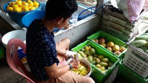 ไม่ระคาย! โควิดระบาด-ส่งออกไม่ได้ ชาวสวนมะม่วงลานสักทำส้มแผ่นขายได้จนสุกไม่ทัน