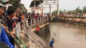 ชาวบ้านแห่จับปลาในแม่น้ำปิง น็อกฝนหนักลอยหายใจนับหมื่น