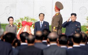 คิม คยองฮี อาหญิงของผู้นำคิม จองอึน (ซ้าย) และ พัค พองจู นายกรัฐมนตรีเกาหลีเหนือ (กลาง) ในพิธีเปิดสุสานทหารกองทัพโสมแดงที่กรุงเปียงยาง เมื่อวันที่ 25 ก.ค.ปี 2013 (แฟ้มภาพ - รอยเตอร์)