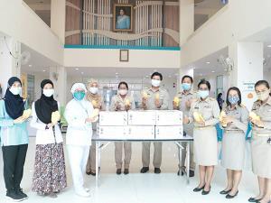 กรมส่งเสริมการเกษตรจัดมะม่วง 600 กล่อง ส่งมอบให้บุคลากรทางการแพทย์ในภาคใต้