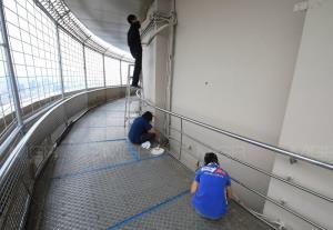 พนักงานต้อนรับโรงแรมใบหยก ทาสีดาดฟ้าพื้นหมุนใบหยก ปรับปรุงให้สภาพใหม่ขึ้น