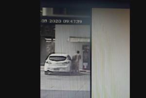 เผยภาพหนุ่มขับรถหรู แก้ผ้าลงมากดเงินตู้ ATM ในปั๊ม