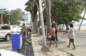 ตร.ท่องเที่ยว ร่วม สภ.เมืองพัทยารวบไทย-ต่างชาติสุดมึนฝืน พ.ร.ก.ฉุกเฉินรวมตัวแน่นชายหาด
