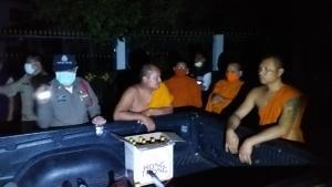 จับสึกยัดคุก! 2 พระหนุ่มก๊งเหล้าเมาหนักพากันซิ่งกระบะฝ่าเคอร์ฟิวกลางดึก