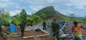 มทบ.33 จัดกำลังพลช่วยเร่งซ่อมบ้านราษฎรเชียงดาวโดนพายุถล่มช่วงไฟป่าเริ่มเพลา
