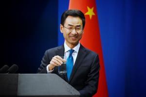 """(ภาพจากแฟ้มถ่ายเมื่อ 28 พ.ย. 2019) เกิ่ง ส่วง โฆษกคนหนึ่งของกระทรวงการต่างประเทศจีน ยกแก้วน้ำก่อนตอบคำถามผู้สื่อข่าว ณ กระทรวงการต่างประเทศจีน ในกรุงปักกิ่ง  ทั้งนี้ เมื่อวันอังคาร (28 เม.ย.) เขากล่าวขณะแถลงข่าวว่า พวกนักการเมืองอเมริกันกำลัง """"บอกเล่าความเท็จอย่างหน้าด้านๆ"""" เพื่อหันเหความสนใจของประชาชนจากการรับมือไวรัสอย่างย่ำแย่ของพวกเขา"""