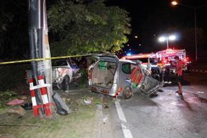 สลด! หนุ่มใจบุญขับรถพาคนในครอบครัวกลับบ้าน รถเสียหลักชนเสาไฟฟ้า ภรรยาเสียชีวิต ตัวเอง-ลูกแฝดบาดเจ็บ