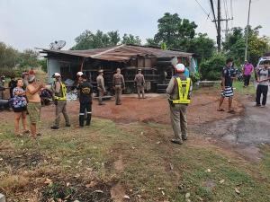 ฝนตกถนนลื่นทำรถ 6 ล้อ เสียหลักพุ่งชนบ้านเรือนประชาชนใน จ.ปราจีนบุรี