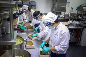สุดยอดทีมเชฟกรุงเทพฯ-ภูเก็ต ผนึกพลัง โครงการ Chef Cares ส่งมอบอาหารบุคลากรทางการแพทย์ สู้โควิด-19