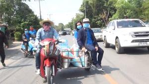 ช่วยด้วยใจ ครอบครัวอยู่ถาวรขับรถพ่วงข้างแจกถุงยังชีพ พร้อมเงิน 200 บาทเยียวยาเพื่อนบ้าน