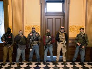สหรัฐฯป่วน!! ม็อบแบกปืนบุกสภามิชิแกน บีบผู้ว่าฯเลิกปิดเมือง เทกซัสลุยคลายล็อกดาวน์แม้ยอดตายทุบสถิติ
