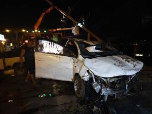 หนุ่มเภสัชกรขับเก๋งชนเสาไฟฟ้าหักรถตกคลองรอดหวุดหวิด