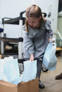 In Pics: น่ารัก!! 'เจ้าหญิงชาร์ล็อตต์' ชันษา 5 ปี ทรงช่วยแพ็กของบริจาคสู้โควิด-19