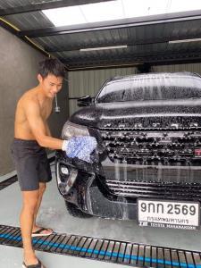 """""""สารัช"""" อวดซิกแพ็ค! โชว์ล้างรถ เตรียมเปิดธุรกิจคาร์แคร์ 9 พ.ค.นี้"""