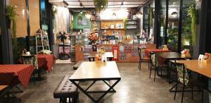 ร้านอาหารขานรับมาตรการคลายล็อก ป้องกันเคร่งครัด จัดโต๊ะเว้นระยะ-นั่งกิน 1 โต๊ะ/คน
