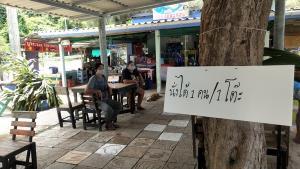 ร้านอาหารริมทะเลเมืองจันทบุรี ปรับตัวขายอาหารตามสั่งแบบห่อกลับบ้านเพื่อความอยู่รอด