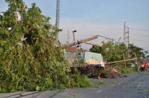 พายุกระหน่ำเสาไฟฟ้าแรงสูง ล้มทับบ้านเสียหายหลายหลัง