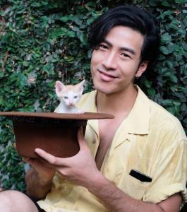 """ได้ชื่อแล้ว! แมวที่ """"โย่ง อาร์มแชร์"""" ช่วยเหลือติดเกาะกลางถนน แฟนคลับตั้งให้นามว่า """"ส้มหยุด"""""""