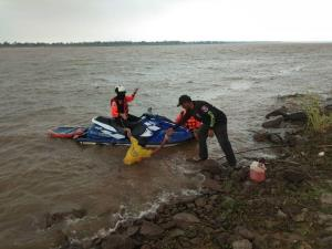 กู้ภัยนครพนมขี่เจ็ตสกีฝ่าพายุลมแรงช่วยชาวบ้านเรือล่มกลางลำน้ำโขง รอด 2 ดับ 1 ราย (ชมคลิป)